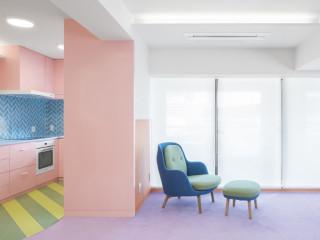 泛著繽紛粉彩色調 後現代主義日本公寓